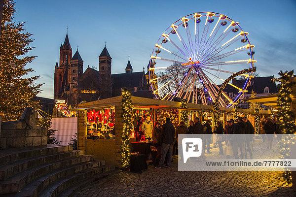 Weihnachtsmarkt auf dem Vrijthof-Platz in der historischen Altstadt  mit Eislaufbahn und Riesenrad  Servatiusbasilika Kirche Weihnachtsmarkt auf dem Vrijthof-Platz in der historischen Altstadt, mit Eislaufbahn und Riesenrad, Servatiusbasilika Kirche