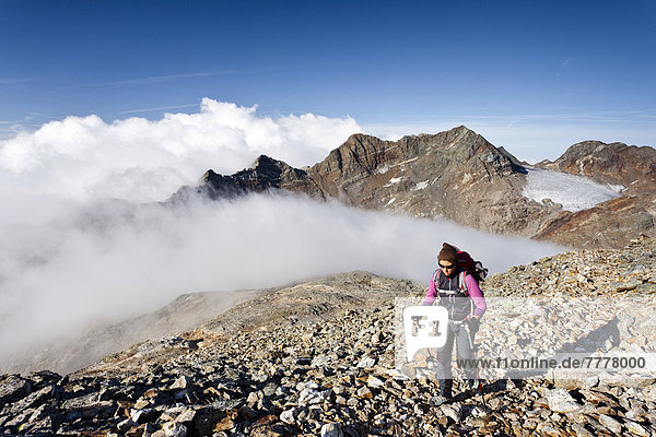 Bergsteigerin beim Aufstieg zum Fernerköfl in der Rieserfernergruppe