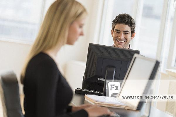 Geschäftsmann und Frau im Büro arbeiten