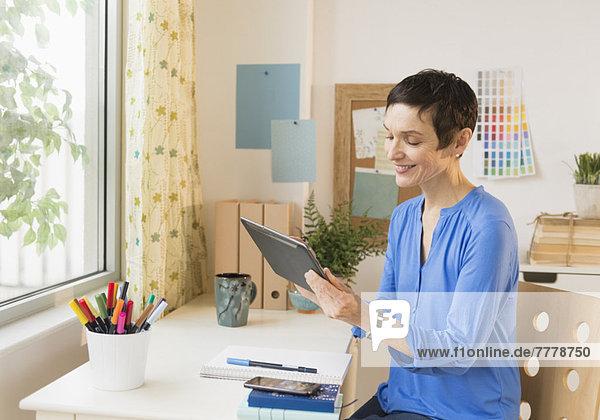 benutzen Frau Tablet PC Heimarbeitsplatz