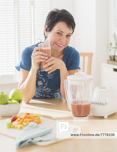 Portrait  Frau  halten  reifer Erwachsene  reife Erwachsene  smoothie