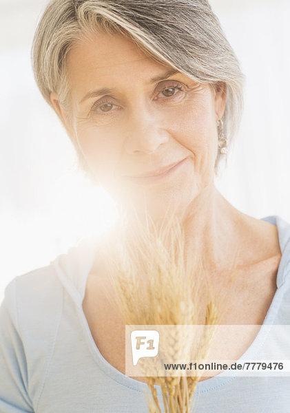 Portrait  Frau  halten  trocken  Weizen  Nachdenklichkeit