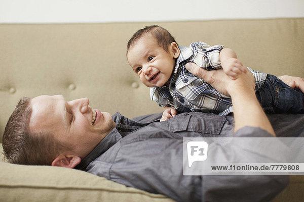 Menschlicher Vater  Sohn  halten