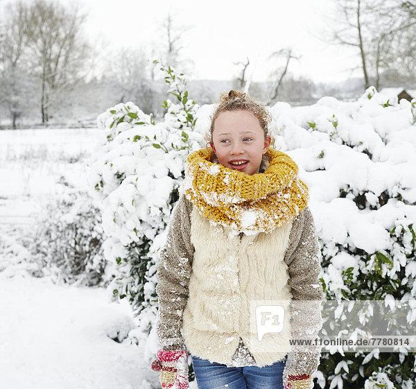 Mädchen lächelt im Schnee