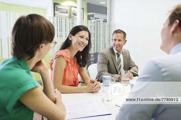 Geschäftsleute sprechen im Treffen