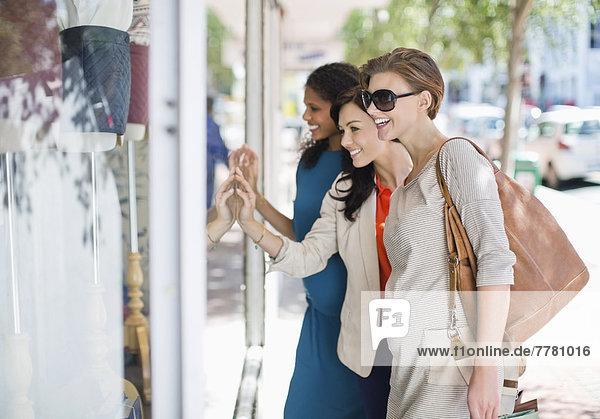 Frauen Schaufensterbummel auf der Stadtstraße