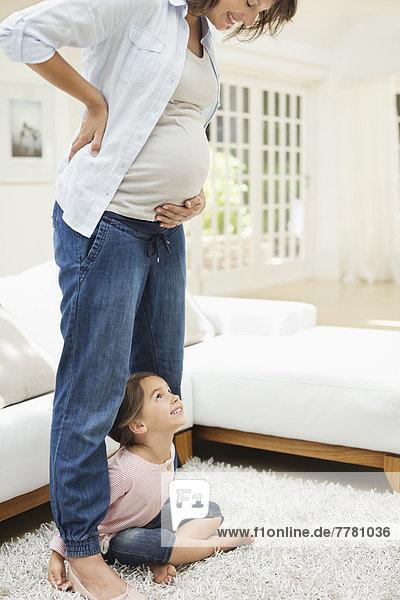 Mädchen mit schwangeren Mutterbeinen