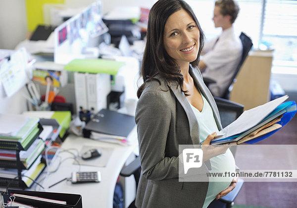 Schwangere Geschäftsfrau  die im Büro arbeitet
