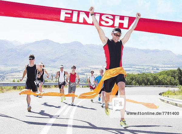 Läufer beim Überqueren der Ziellinie