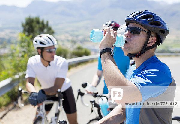 Radfahrer-Trinkwasser auf der Landstraße