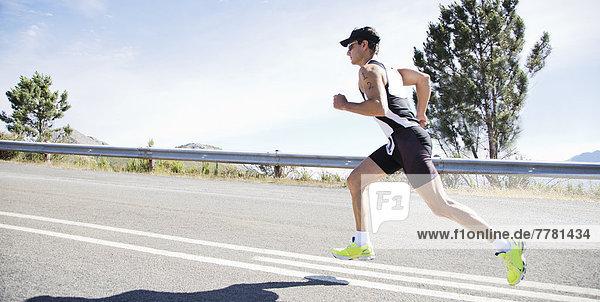 Läufer im Rennen auf der Landstraße