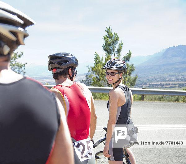 Radfahrer im Gespräch auf der Landstraße