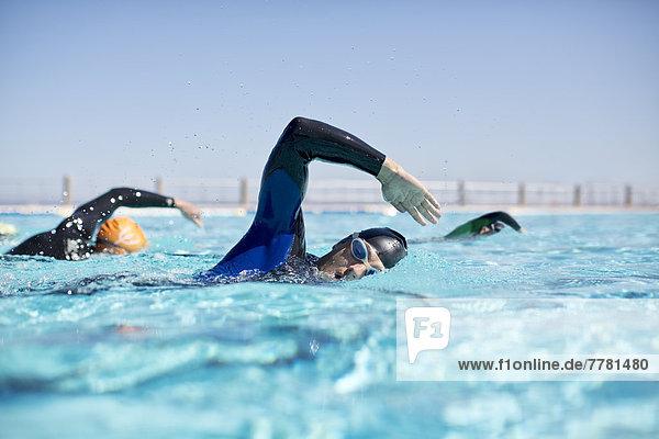 Triathleten im Trikotsport im Pool