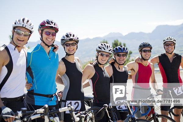 Gemeinsam lächelnde Radfahrer auf der Landstraße