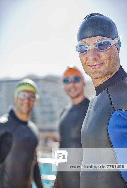 Triathleten in Trikots im Freien