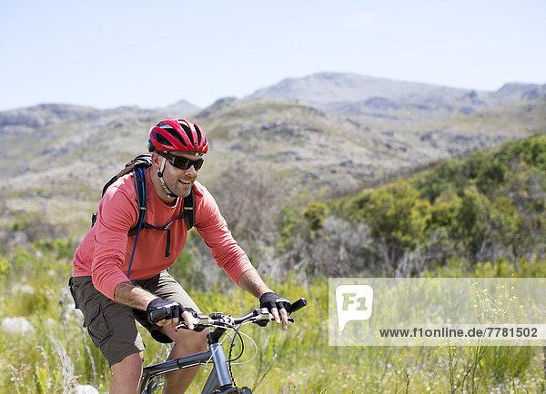 Mountainbiker in ländlicher Landschaft