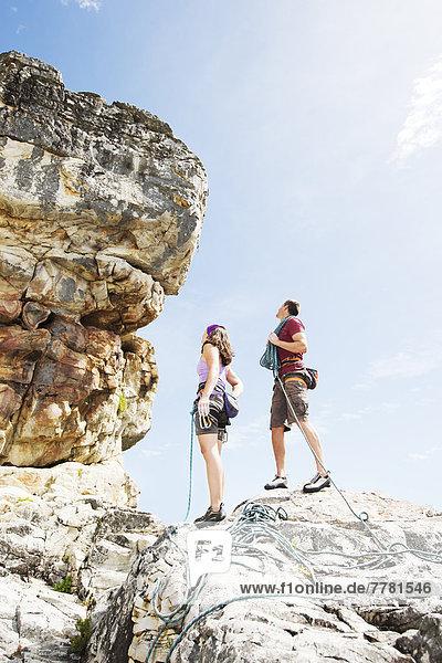 Kletterer untersuchen steile Felswände