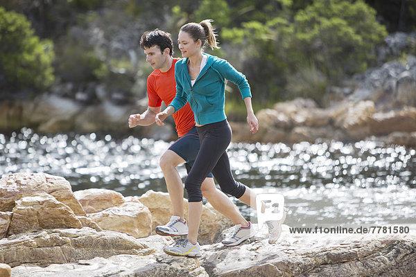 Paar läuft auf Felsformationen
