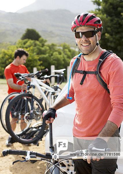 Mountainbiker lächelnd im Freien