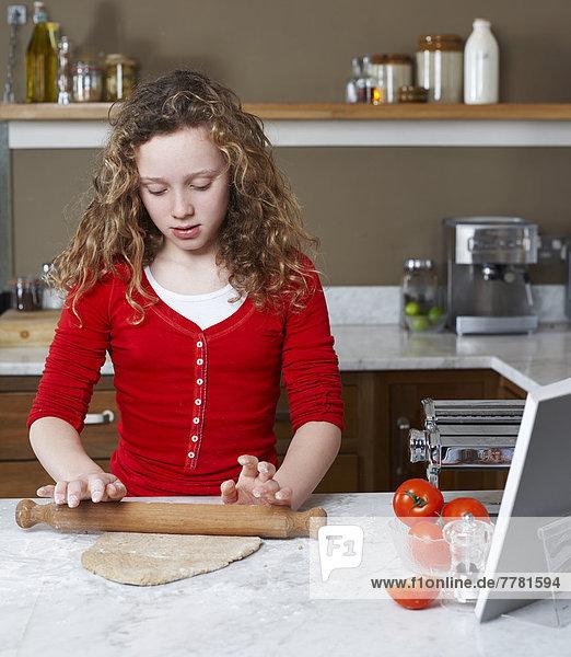 Mädchen rollenden Teig in der Küche Mädchen rollenden Teig in der Küche