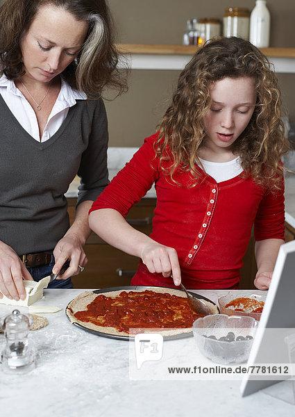 Mutter und Tochter kochen in der Küche