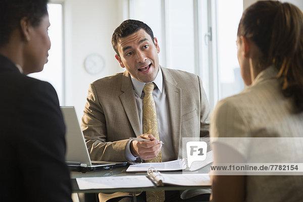 Schreibtisch  sprechen  Geschäftsmann  Kunde