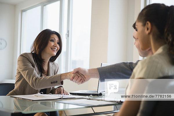 Geschäftsfrau  Schreibtisch  Kunde  schütteln