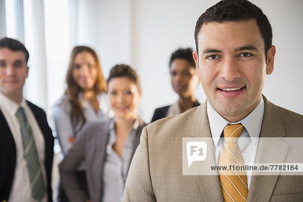 Lächelnder Geschäftsmann im Büro