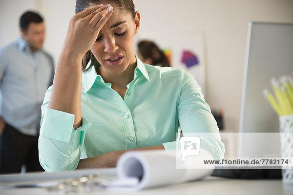 Geschäftsfrau  Schreibtisch  reiben  reibt  reibend