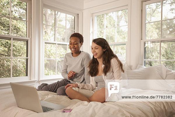 Zusammenhalt  benutzen  Freundschaft  Notebook  Bett