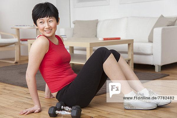 sitzend  Frau  Boden  Fußboden  Fußböden  Zimmer  Hantel  Wohnzimmer