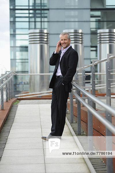 Reifer Mann telefoniert im Finanzviertel