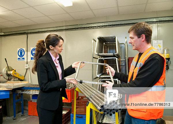 Supervisor bei der Prüfung von Komponenten in der Elektroteilefabrik