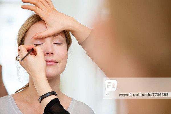 Mittlere erwachsene Frau mit aufgetragenem Make-up