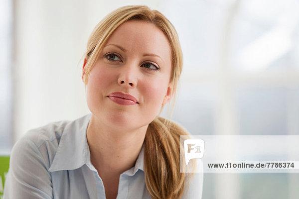 Porträt der blonden Geschäftsfrau