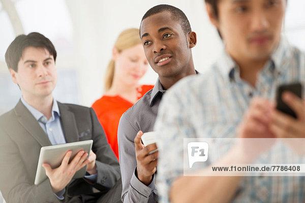 Gelegentliche Geschäftsleute mit digitalem Tablett und Handy