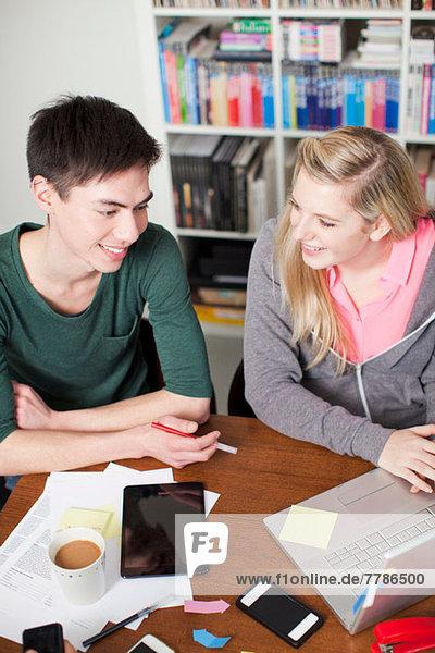 Studenten arbeiten am Laptop  hoher Winkel