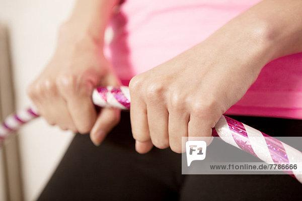 Junge Frau mit Kunststoffreifen