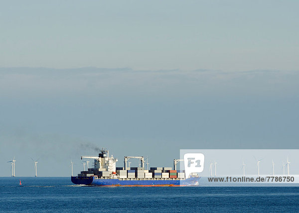 Containerschiff mit Windpark im Hintergrund  Dänemark