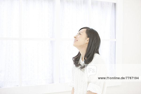 Frau  Fenster  lächeln  jung