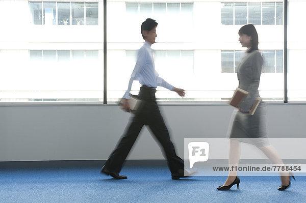 Frau  Geschäftsmann  gehen  Büro
