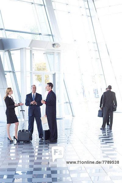 Geschäftsleute treffen sich am Flughafen