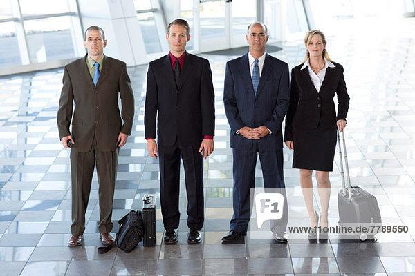 Portrait von Geschäftsleuten am Flughafen