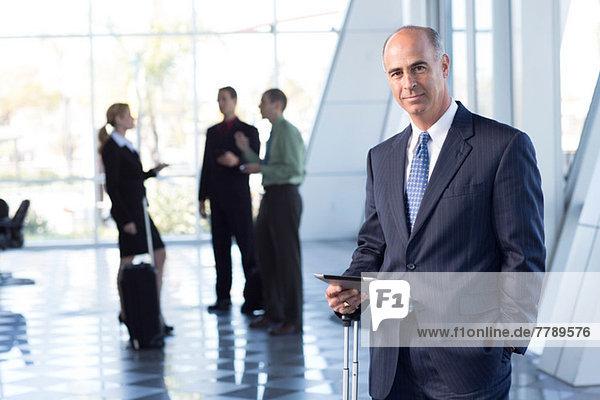 Ausgereifter Geschäftsmann mit digitalem Tisch