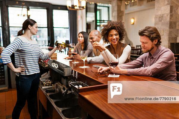 Kunden trinken an der Bar