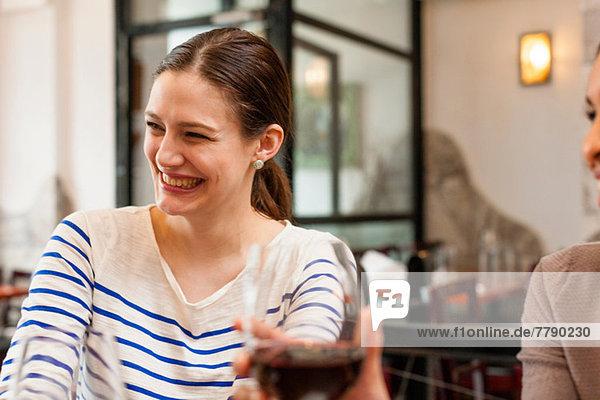 Frau amüsiert sich in der Weinstube
