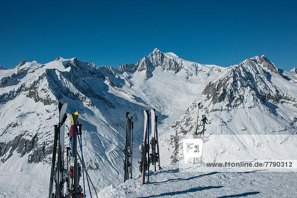 Im Schnee stehende Skier in den Bergen