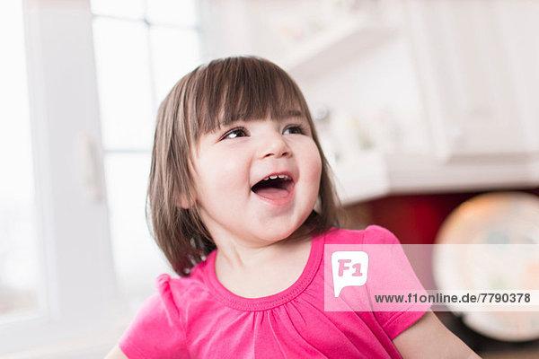 Weibliches Kleinkind lachend