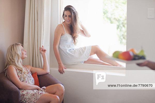 Junge Frauen im Hotelzimmer
