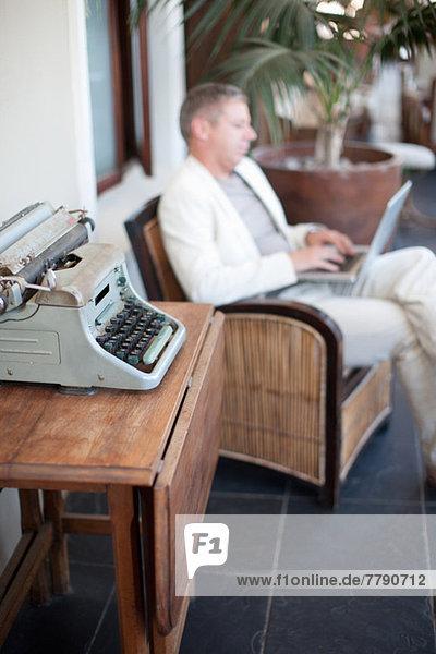 Lässiger Geschäftsmann mit Laptop